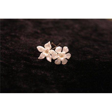 Шпильки для волос цветочки белые 3559